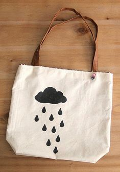 Rainy tote bag by cafe noHut, via Flickr Painted Bags, Diy Bags Purses, Ipad Bag, Diy Tote Bag, Diy Sewing Projects, Cotton Bag, Fabric Bags, Cloth Bags, Canvas Tote Bags