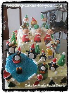 Beautiful Christmas cake decorating ideas for you to use and share,including tutorials on how to make royal icing snowflakes, a yule log cake recipe and more. Christmas Wedding Cakes, Christmas Cake Decorations, Table Decorations, Holiday Decor, Christmas Ideas, Cake Decorating, Decorating Ideas, Beautiful Christmas, Gingerbread