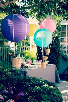 Use paper lanterns and baskets to make hot air balloon party decorations Baby Birthday, First Birthday Parties, Birthday Ideas, Travel Party, Festa Party, Hot Air Balloon, Balloon Party, Air Ballon, Birthday Balloons