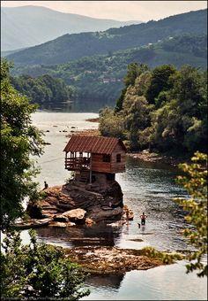 Cabañaen el Rio Drina, frontera entre Bosnia y Herzegovina y Serbia.