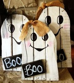 Pallet Wood Halloween Decoration Ideas for Indoor & Outdoors Fall Wood Crafts, Halloween Wood Crafts, Halloween Projects, Fall Halloween, Holiday Crafts, Holiday Fun, Pallet Halloween Decorations, Halloween Pallet Signs, Thanksgiving Wood Crafts