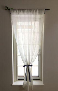 大きな面積を占めるカーテンは、少し手を加えるだけでおへやのイメージをガラッと変えることもできます。 ふわっと優しい薄手のカーテンをこんな風にリボンできゅっと結ぶだけでも、素敵な窓際のアクセントになりますね。