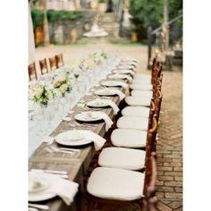 Esta nueva tendencia en bodas, que cobrará fuerza el próximo año, consiste en ubicar a los invitados en una única y larguísima mesa. Otra op...
