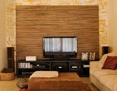 A sala de TV conta com um painel em madeira (canela) envernizada e um rack da Bontempo, finalizado com laca. O sofá revestido de chenille (100% algodão) é da Dpot, assim como o pufe que vira mesa de centro. A Casa em Ibiúna foi decorada pelo escritório Díptico Design de Interiores