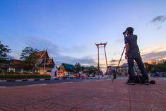 Luxury Travel Guide to Bangkok Photographer take the photo at Giant swing landmark of bangkok city / Sao Ching Cha landmark in Bangkok city Thailand Travel Guide, Bangkok Travel, Visit Thailand, Bangkok Thailand, Bangkok Guide, Places In Bangkok, Peninsula Hotel, Best Rooftop Bars, Ultimate Travel