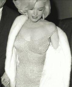 Se subasta por 5 millones el vestido con el que Marilyn Monroe felicitó a Kennedy