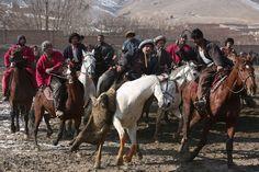 Alcuni uomini a cavallo si preparano a giocare a Buzkashi: uno strano sport in cui l'obiettivo è quello di impadronirsi della carcassa di una capra (boz) e di fare gol lanciandola oltre un segnale o all'interno di un'area, generalmente circolare (Kabul, Afghanistan) (AP Photo/Rahmat Gul) - Il Post