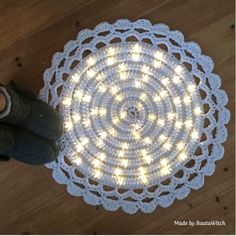 Light up your life with this Crochet Night Light Rug. Be sure to view all the tutorials and the Crochet Mandala Rug too! These are FREE Patterns Crochet Diy, Mandala Au Crochet, Mandala Rug, Crochet Home Decor, Crochet Rugs, Crochet Tree, Simple Crochet, Crochet Stitch, Crochet Rug Patterns