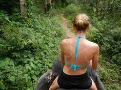 Sexy Woman riding bareback barefoot in bikini on an Elephant in the Jungle/Sexy Frau reitet sattelos barfuß im bikini auf einem Elefant im Dschungel .