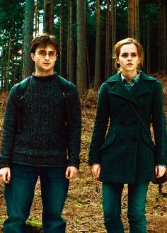 Harry + Hermione, after she tied the scarf around the tree, for Ron. Mundo Harry Potter, Harry James Potter, Harry Potter Universal, Harry Potter World, Harry Potter Hermione, Harry Potter Characters, Hermione Granger, Draco, Hogwarts
