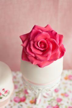 Lulu's Sweet Secrets - Chocolate cake -sugar rose