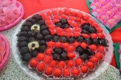 Festa Infantil - Joaninhas no Jardim, joaninha modelada com docinhos. http://www.suelicoelho.com.br/2012/03/festa-infantil-joaninhas-no-jardim-da.html