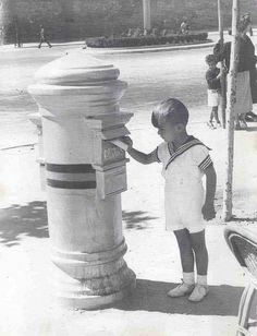 Buzón antiguo en blanco y negro.