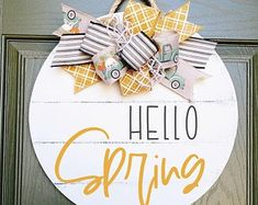 Wooden Door Signs, Wooden Door Hangers, Wood Signs, Crafts To Do, Wood Crafts, Diy Crafts, Welcome Signs Front Door, Spring Projects, Spring Door