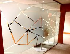 Impresión vinilos al ácido para oficinas Glass Film Design, Frosted Glass Design, Office Graphics, Window Graphics, Office Interior Design, Office Interiors, Glass Partition Designs, Glass Office, Office Branding