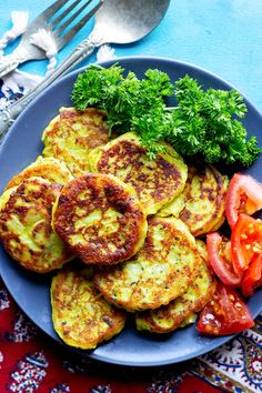 These potato patties are crispy on the outside and creamy and soft on the inside. Serve these homemade potato patties as an appetizer or a light meal. Lunch Recipes, Easy Dinner Recipes, Appetizer Recipes, Vegetarian Recipes, Easy Meals, Delicious Recipes, Appetizers, Work Meals, Amazing Recipes