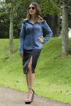 Look usando camisa jeans com detalhe renda bordada, saia lápis em couro com fenda lateral e sandália super feminina.