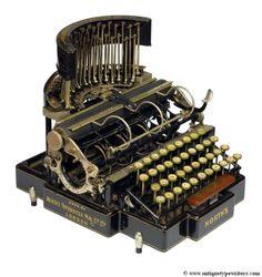 North's Typewriter (1892). Esta máquina es única porque sus varillas están dispuestas en posición vertical y caen sobre el papel en vez de actuar de abajo a arriba, como suele ser lo normal.