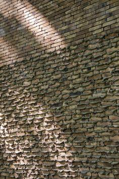 'Het Anker' in Sint-Andries. Gemetseld met baarden vs. lijmwerk. Design: Ampe-Trybou architecten