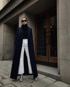 White Jeans -street style - How to wear white jeans, flared jeans with a long black coat, perfect for winter - La Selectiva Source by laselectiva. Winter Date Outfits, Jeans Outfit Winter, Winter Fashion Outfits, Look Fashion, Woman Fashion, Date Outfit Fall, White Jeans Winter, Latest Fashion, Autumn Fashion