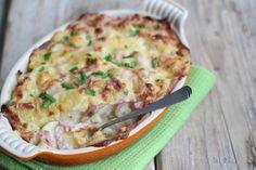 Vandaag hebben we een echt Hollands recept voor jullie, namelijk: bloemkoolovenschotel met kaassaus, ham en aardappel. Vroeger was dit echt mijn favoriete recept en ik was dan ook dolblij als mijn moe