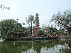 Pagoda Tran Quoc en Hanói. esta bonita pagoda se encuentra un poco alejada del centro, entre el Lago del Oeste y el Lago Truc Bach.