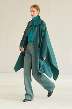 Lemaire Spring 2021 Menswear collection, runway looks, beauty, models, and reviews. Men Fashion Show, Mens Fashion, Fashion Trends, Vogue Paris, Lemaire, Outfit Invierno, Vogue Russia, Mannequins, Backstage