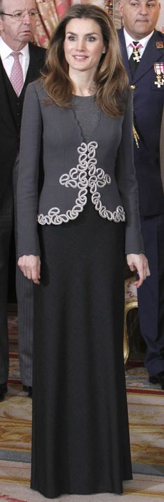 En el año 2013 Doña Letizia volvió a estrenar un diseño del modisto español Felipe Varela. La actual reina de España lució un dos piezas en tonos grises. La falda, en gris marengo, era larga, que combinó com una chaqueta, un poco más clara que la falda, que tenía unos bordados en beige. Pascua Militar 2013. (Foto: Gtres)