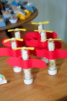 Tubete com tampa plástica Decoração: avião Medida do tubete: 13cm de altura Utilizado: - para embalar balas, confeitos, chocolates, chicletes, pequenos mimos etc.; - na decoração de festas no tema aviador, Pequeno Príncipe etc. Informações adicionais: - o prazo de confecção pode variar para mais ou para menos. Consulte-nos! - balas não acompanham o produto. R$ 3,50