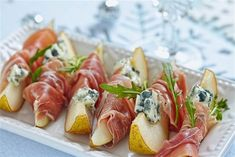 Rolls with ham, pear and blue cheese # favorite recipes cooking food snacks appetizers Yummy Appetizers, Appetizers For Party, Appetizer Recipes, Come Reza Ama, Blue Cheese Recipes, Thanksgiving Appetizers, 200 Calories, Appetisers, Clean Eating Snacks