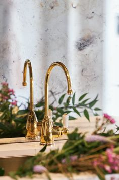 Elegant and stylish. We love how our polished brass Parthian Mini Instant Hot Tap looks against this antique mirror splashback. #perrinandrowe #kitchendesignideas #brasstaps #brasskitchentap #brasskitchens #kitchensplashback #luxurykitchens #realkitcheninspiration #modernkitchens #polishedbrasstap #brassdecor Antique Mirror Splashback, Boiling Water Tap, Kitchen Must Haves, Kitchen Ideas, Brass Tap, Bath Shower Mixer, Vintage Kitchen Decor, Kitchen Collection, Art And Technology