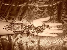 Mehndi... now here's a beautiful design. I've been wanting to experience mehndi art on my hands for quite some time now.. it lasts for a while, but it's not permanent.. so, i would be adventurous and #DO It! ..if i were in the right mood -:) #Beautiful and #IntricateArt