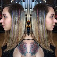 Sabe quando dá vontade de mudar ou ter uma mechinha colorida nos cabelos sem precisar pintar? 👩🏼🎤A nossa @babisodc13 do Circus Augusta faz aplicação de pop pluma, essas pluminhas que se mesclam ao fio e deixam seu visual cheio de personalidade 🎨🎪 #circus #circusaugusta #circushair #poppluma