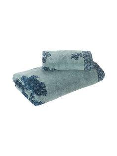 Pehmeässä pyyhkeessä on vehreä puukuvio. Kanttausreunassa on lehtikuviointia.  <br/><br/> Materiaali on 100 % puuvillaa. Konepesu 40 °C.