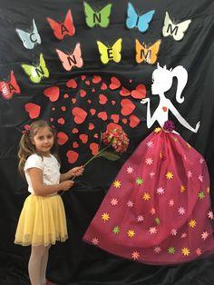 Sevgi gunu Mothers Day Decor, Mothers Day Crafts, Nursery Room Decor, Boys Room Decor, Kids Room Art, Art For Kids, Childrens Ministry Christmas, Gate Decoration, Butterfly Dress