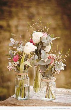Arreglo floral con frascos de cristal