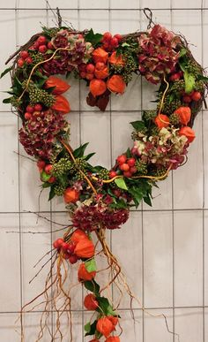 Gardening Autumn - Floral-Heart-College-Day-New-Covent-Garden-Flower-Market - With the arrival of rains and falling temperatures autumn is a perfect opportunity to make new plantations Diy Fall Wreath, Autumn Wreaths, Christmas Wreaths, Christmas Decorations, Halloween Wreaths, Rustic Halloween, Merry Christmas, Covent Garden, Flowers Draw