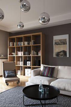 Szara ściana w salonie: meble brązowe