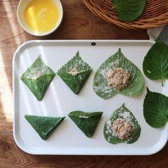 """삼각형으로 접시 위에 올라온 전을 보면 절로 """"예쁘다!"""" 소리가 나오는데요~ 참치와 두부로 든든하게 속을 채운 삼각 깻잎참치전이예요. 정갈한 모양새에 손님상에 올려도 손색 없고, 비... Korean Dishes, Korean Food, Asian Desserts, Asian Recipes, Japanese Street Food, Snack Recipes, Cooking Recipes, Food Decoration, Aesthetic Food"""