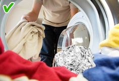Apegeo has collected some tricks that make our laundry routine more effective and our clothes fresh and clean. There's also a bonus in the end: a solution to the problem of missing socks. Laundry Hacks, Bude, Routine, Perie, Canning, Easy, Healthy, Recipes, Laundry Tips