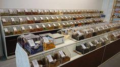 """Im Hamburger Schanzenviertel gibt es im """"Wohlempfinden Pur"""" ein beeindruckendes Sortiment an Gewürzen, Kräutern, Nüssen sowie Trockenfrüchte, die man sich prima in seine mitgebrachten Gefäße abfüllen kann. Viele der Produkte gibt es auch in Bio-Qualität."""