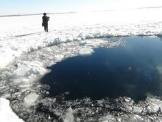 'Powerful Nature' - Meteor Shock. A huge hole on the ice after the meteor fell down in Russia, 2013.02.15@[写真] 隕石落下、負傷者1200人に 直径15メートル(共同通信) - エキサイトニュース