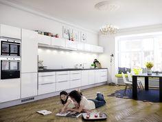 Klassisen yksinkertainen ja hillitty valkoinen keittiö