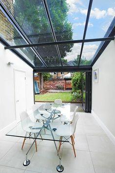 moderne terrasse gläsernes dach glastisch