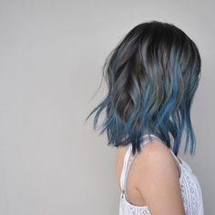 Blue Hair: 30 Brand New Bangin' Blue Hair Color Ideas Blaue Haarfarbe Ideen Blue Hair Streaks, Blue Hair Highlights, Hair Color Blue, Cool Hair Color, Blue Grey Hair, Ombre Colour, Blue Ombre, Pink Purple, Gray Color