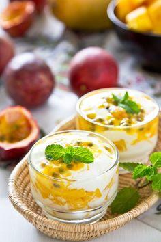 Verrine mangue passion coco Une gourmandise pour le we via Cuisine et mets http://www.cuisine-et-mets.com/desserts/fruits/verrine-mangue-passion-coco.html?utm_content=buffer09d47&utm_medium=social&utm_source=pinterest.com&utm_campaign=buffer #recettes #desserts