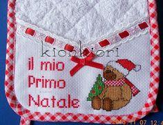 Tra poco più di un mese sarà di nuovo Natale, che gioia! Ma il freddo? La Neve?? Il ghiaccio??? Non ce n'è traccia, e ora come facci... Christmas Cross, Cross Stitch, Point, Disney, Cross Stitch Angels, Kids Fashion, Needlepoint, Dots, Xmas