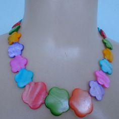 Colar de madrepérola coloridas em formato de flor. R$ 6,50