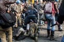 ROBERTO SAVIANO scrive al poliziotto che nel corso della manifestazione del 12 aprile 2014 a Roma ha CALPESTATO una ragazza. E, insieme a lei, tutta una serie di valori che, invece, andrebbero coltivati con la massima cura.