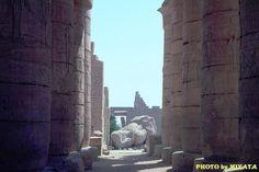 列柱を抜けると巨大な像が横たわっていた。多分ラムセスでしょう。     『AROUND THE WORLD by MOTO』より
